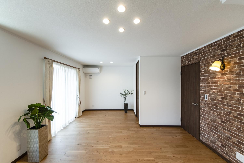 日中は吹抜けや窓からの光が部屋全体を包み込み、夜はダウンライトやおしゃれな照明が空間を彩ります。