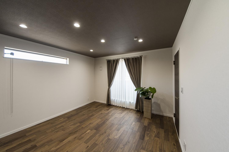 2階洋室/黒褐色の深みある色調ブラックウォルナットのフローリングに、シックな配色の天井や建具が、品の良い落ち着いた空間を演出します。