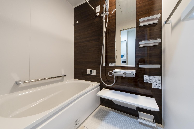バスルーム/ナチュラルな木目柄のアクセントパネルが癒しの空間を演出。