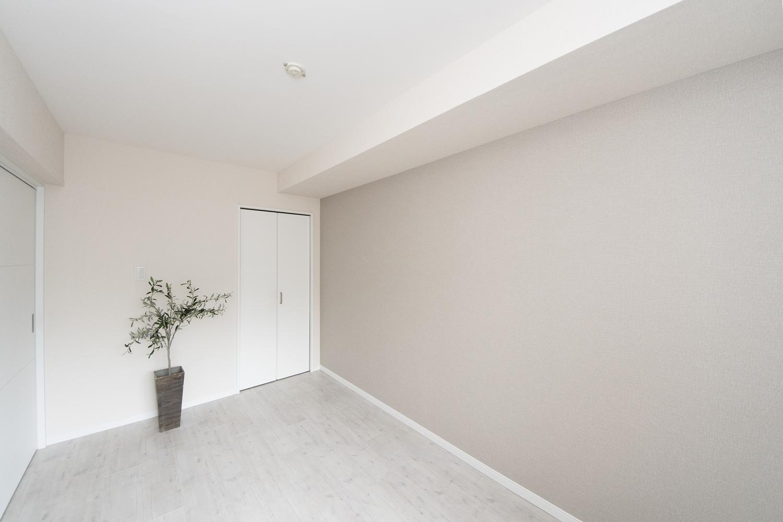 白をベースにした清涼感のある空間。アクセントクロスやダウンライトを施し、お部屋がモダンな印象になりました。