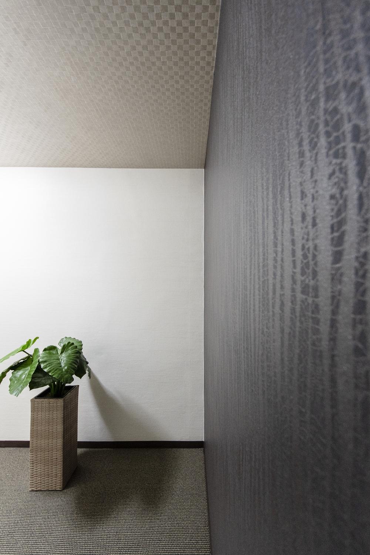 素材感やトーンの違う壁紙をアクセントにして、エキゾチックで大人な雰囲気を演出しました。