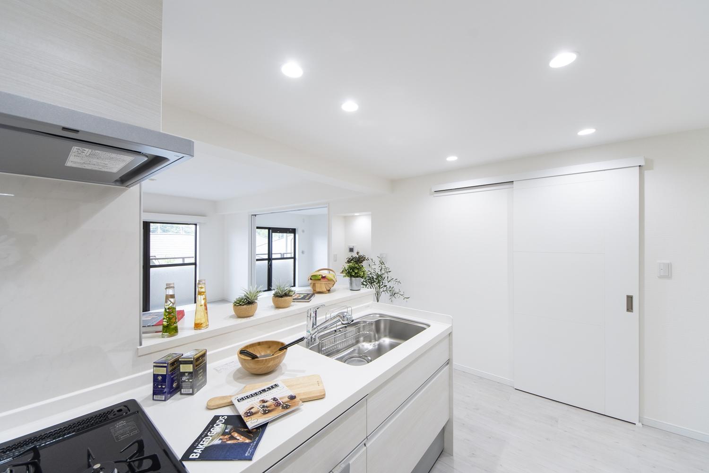 壁付けタイプからリビングが見渡せる対面式キッチンに大変身。家事をしながらご家族との会話も弾みます。