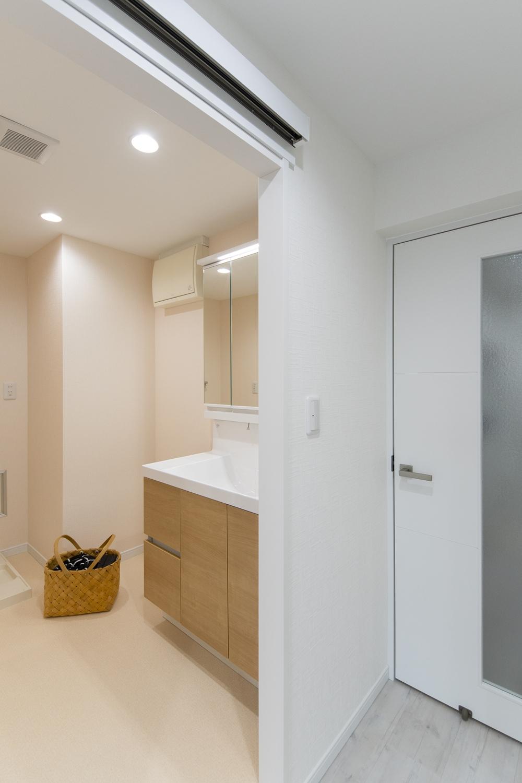 サニタリールーム/床・クロスを全面張替え、建具・洗面化粧台交換しました。扉を明るい木目調カラーでアクセントにしてナチュラルで明るい印象に。