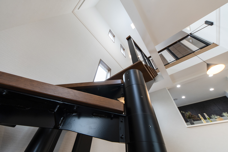 光や風を遮らず階下と階上を軽やかにつなぎ、快適な空間を演出するオープンスタイルの階段。