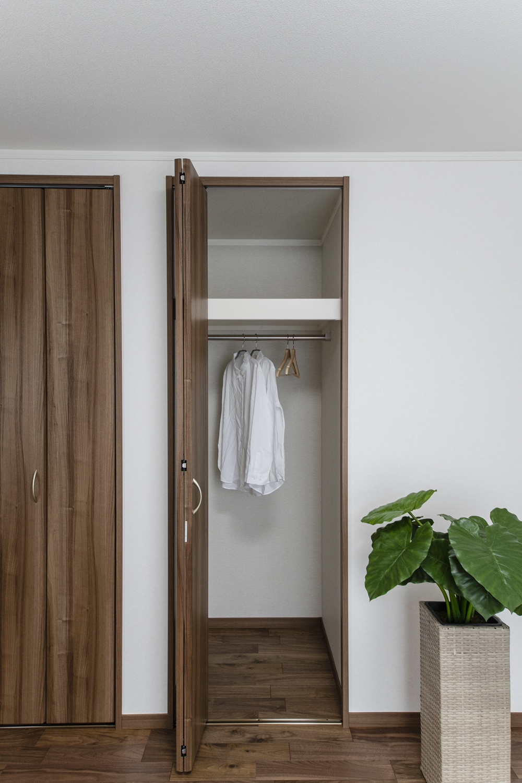 2F洋室/クロゼットを2箇所設えた収納豊富で快適な空間。