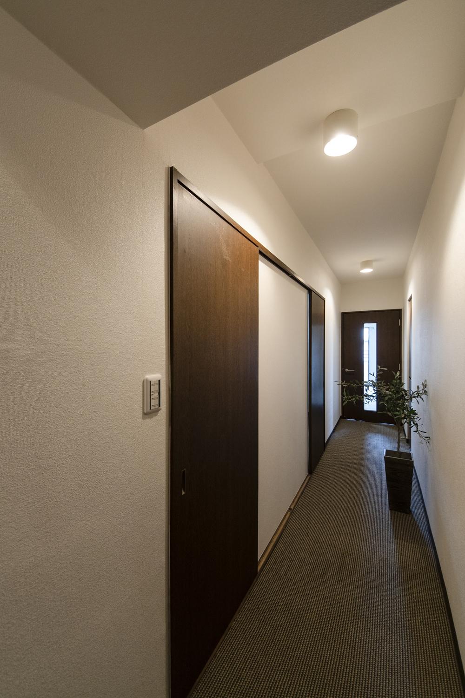 廊下/カーペットを張り替えました。シックなカラーを配色して、ホテルの廊下のような落ち着いた雰囲気になりました。