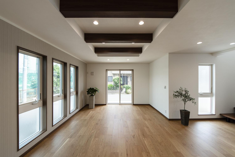 化粧梁をうまく利用し、一部折り上げ天井にすることで、より開放感のあるリビングダイニングになりました。
