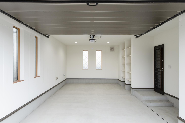 ビルトインガレージ/車を入れておくだけでなく、作業用スペースも確保して車のメンテナンスも可能に♪シャッターを施し防犯面も安心です。