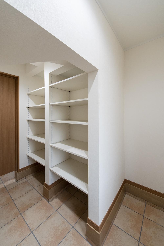 靴はもちろん、スポーツ用品、アウトドアグッズなどの収納に便利なシューズクロークを備えた玄関。