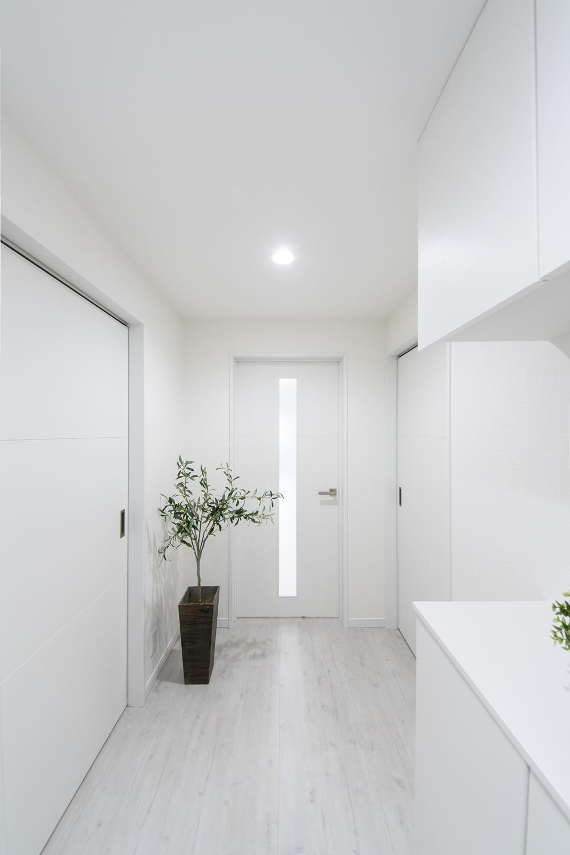 白を基調とした、清涼感のある明るい玄関ホールに仕上がりました。