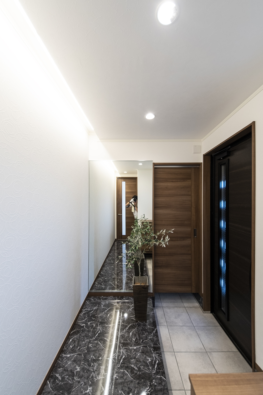 玄関ホールは、傷や水・汚れに強い石目柄の化粧床材で高級感のある鏡面調仕上げです。