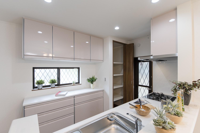 キッチン背面にはキッチンと同じ配色の吊戸棚とカップボードを設置し、備蓄や場所をとるキッチン家電の保管に便利なパントリーを設えました。