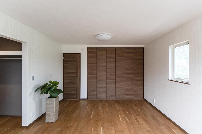 2階洋室/ブラックチェリーのフローリングに、白のクロスと建具がメリハリのある空間を演出。