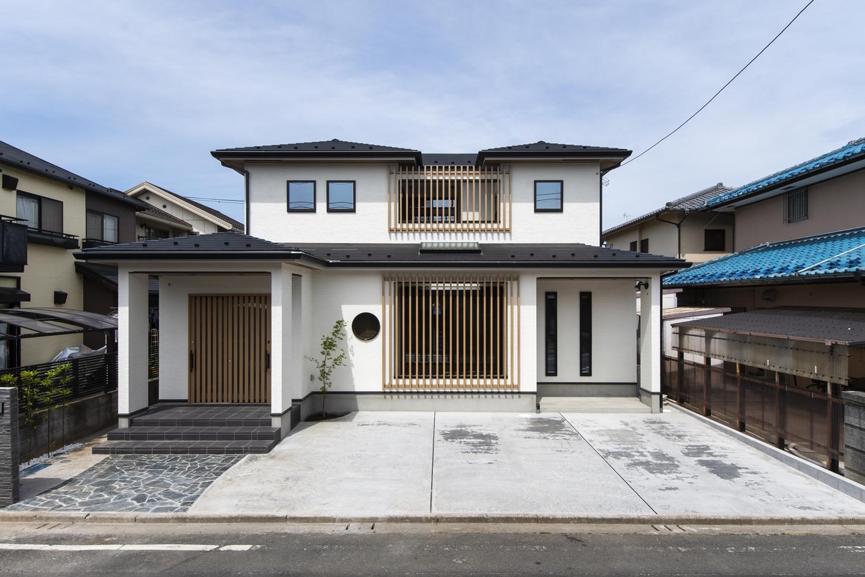 白を基調とした壁にクールなブラックの屋根、存在感のあるスリット格子をあしらった、格調高く、カッコ良い「和×モダン」スタイルの外観。