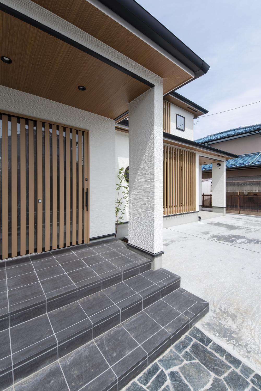 格調高く、カッコ良い「和×モダン」スタイルの広々とした玄関。