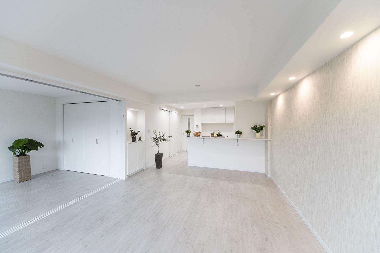 美しく繊細な木目調の白い床材が窓から差し込む光を反射し、お部屋を優しく包み込みます。