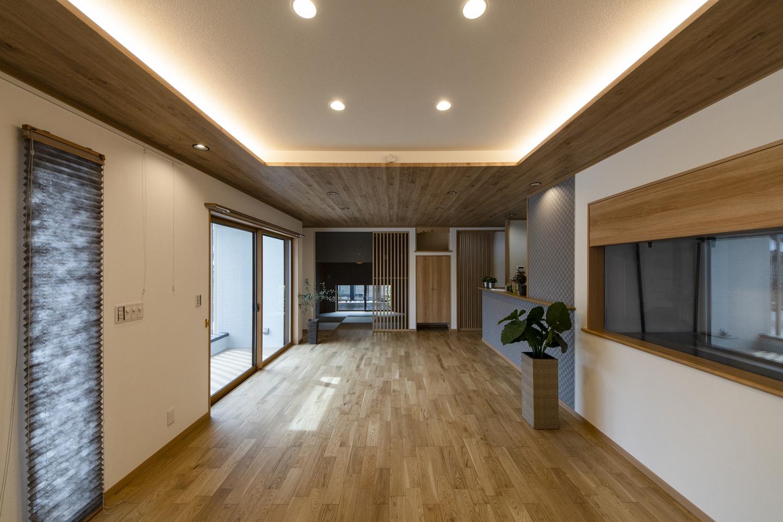 木の温もりと落ち着きを感じる空間。畳スペースを加えると25.75帖の開放的で広々としたLDK。