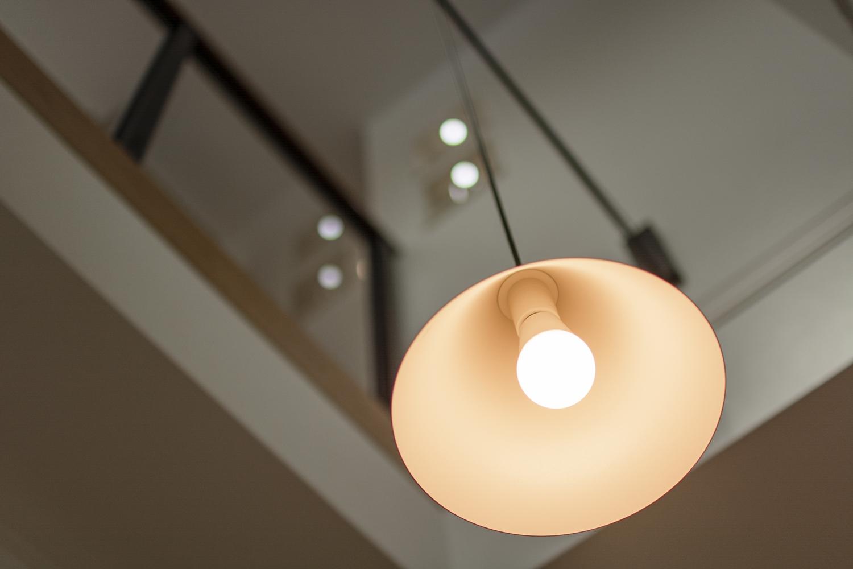 ペンダントライトの柔らかな光が、空間にあたたかみをプラスします。