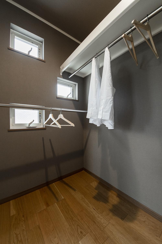 ウォークインクローゼット(1.75帖)/シックなカラーのクロスと小窓の雰囲気がおしゃれで、クローゼットにするのはもったいないくらい贅沢な空間♪