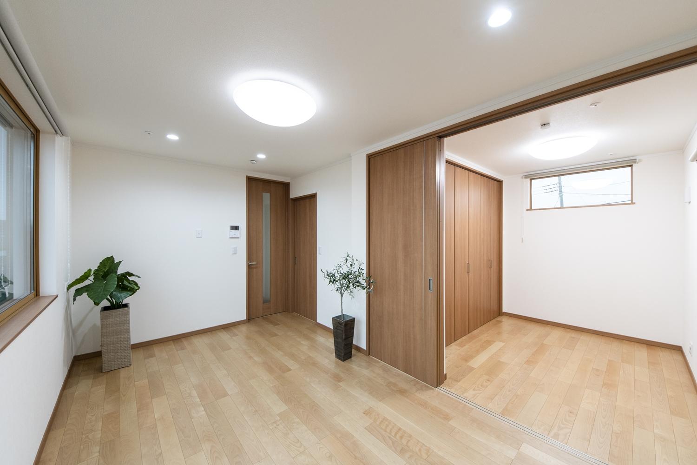 2Fリビング/扉を開けてひとつなぎになった隣の洋室はリビングに開放感をプラスしてくれます。