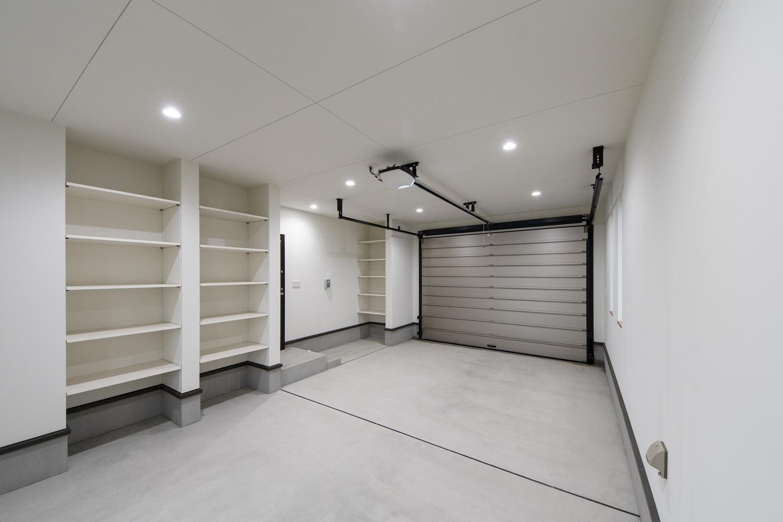 車やバイクのメンテナンスに使う道具を十分に置いておける収納スペースを設えました。