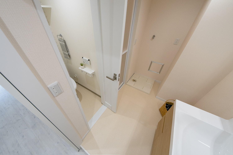 トイレドア/狭いスペースでも開け閉め可能な、折れ戸タイプのドアを設置しました。