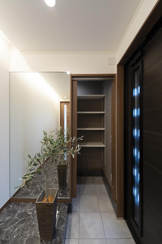 収納に便利なシューズクロークを設えた機能的な玄関。