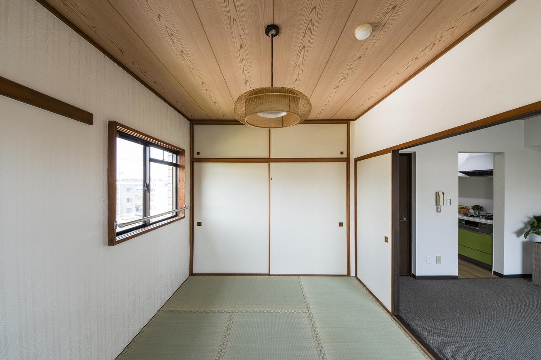 和室/天井と壁紙を全面貼り替えました。畳の状態が良かったので、畳本体ではなく、畳の「表替え」をしました。
