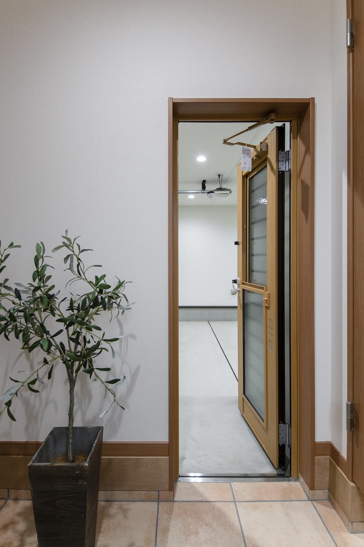 ガレージからも室内に出入りできる様、ドアを閉めたまま採風・換気ができて、防犯性にも配慮した採風ドアを設置しました。