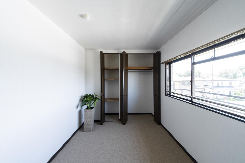 洋室/天井をはじめお部屋全体のクロス、カーペットの張り替えを行いました。