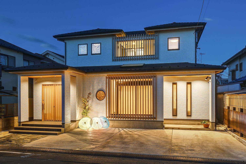 存在感のあるスリット格子をあしらった格調ある「和×モダン」スタイルの邸