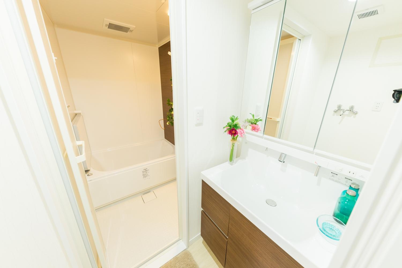 洗面化粧台交換/白を基調とした清潔感のあるサニタリールームに仕上がりました。洗面化粧台扉を明るい木目調カラーでアクセントにしました。