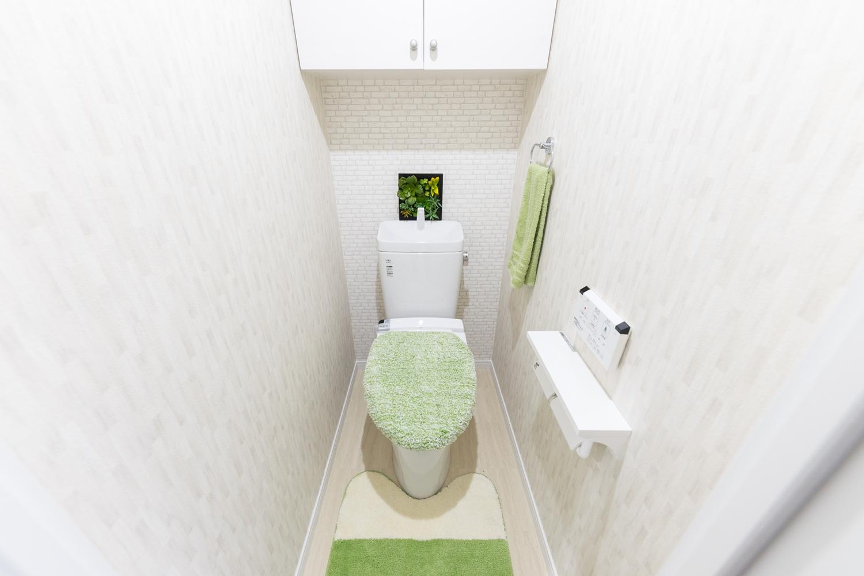 シャワートイレ交換/背面にあしらったレンガ調のアクセントクロスがモダンな空間を演出します。