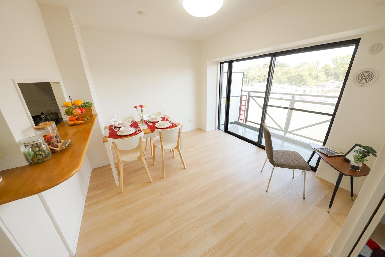 やさしい色味のフローリングが、窓から差し込むやわらかい光を反射し、穏やかで心地良い室内空間を演出します。