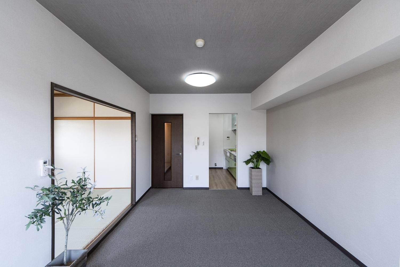リビング/天井をはじめお部屋全体のクロス、カーペットの張り替えを行いました。グレー系のモノトーンカラーを差し色にしたシックな空間です。