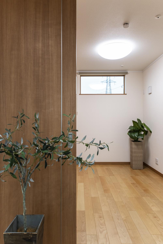 木の温もりを感じる、穏やかな配色の室内。