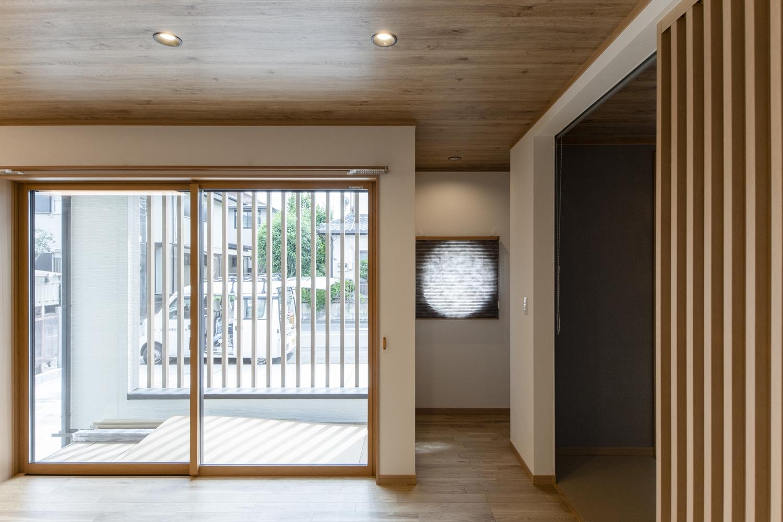 和の伝統を感じる、丸窓の存在感が光ります。昼間ですが満月のような優しい光を思わせます。