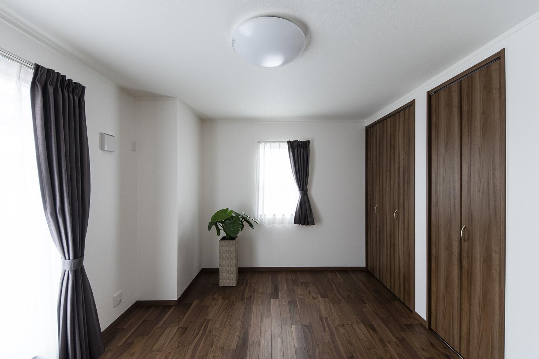 2F洋室/黒褐色の深みある色調ブラックウォルナットのフローリングが、上質で落ち着いた空間を演出。