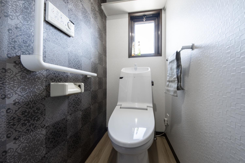 トイレ/シックな柄のクロスをアクセントにして、スタイリッシュで洗練された空間を演出しました。
