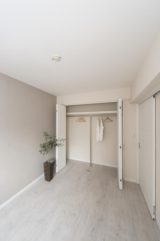 白をベースにして、明るく清涼感のある空間に。既存のクロゼット内部を造作し、快適に収納できるようになりました♪