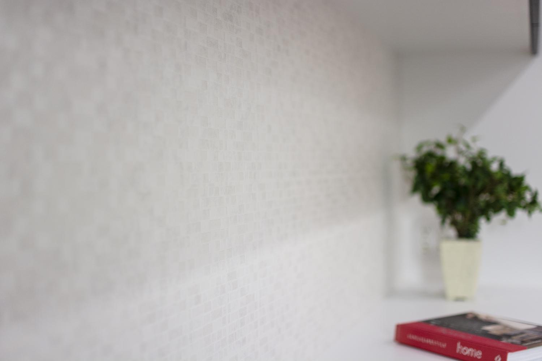 キッチン背面に光沢のあるタイル&レンガ調クロスを施しました。透明感と清潔感のあるキッチンに仕上がりました。
