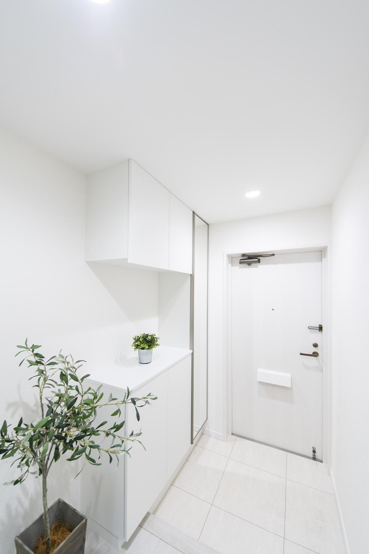 白を基調とした、清涼感のある明るい玄関に仕上がりました。