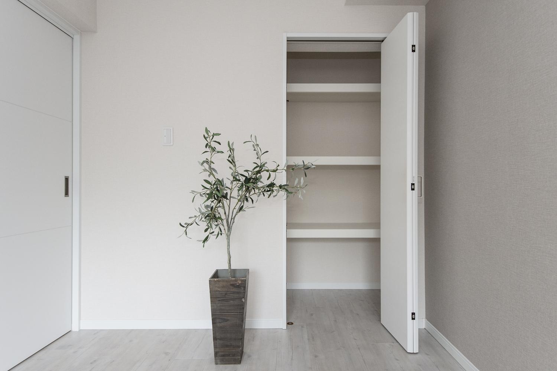 白をベースにして白をベースにして、明るく清涼感のある空間に。既存のクローゼット内部を造作し、快適に収納できるようになりました♪