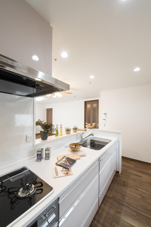 お子様を育むキッチンは、明るく、健やかな空間に。清潔感あふれるライトピンクの扉をコーディネート。可愛らしさと、やさしさに包まれたキッチンです。
