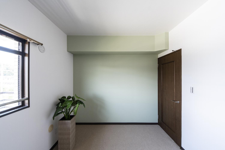 洋室/天井をはじめお部屋全体のクロス、カーペットの張り替えを行いました。癒し効果のあるグリーン系クロスをアクセントにしました。