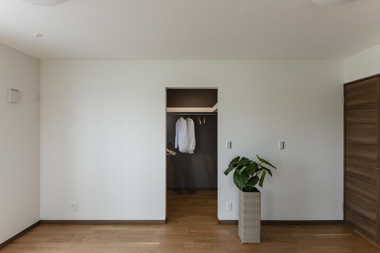 2階洋室/季節の衣類をたっぷり収納してくれるウォークインクローゼットを設えました。住空間を広々とご使用できます。
