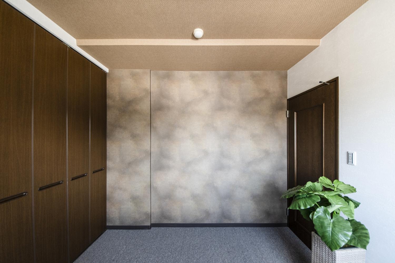 洋室/焼き物の風合いを表現したデザインクロスをお部屋のアクセントにしました。