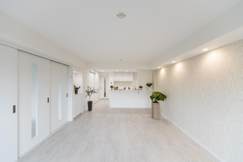全室、床・クロスの張替え、建具・照明の交換を行い、浴室・洗面等も一新させました。白をベースにした、清涼感のある明るい空間にリフレッシュしました。