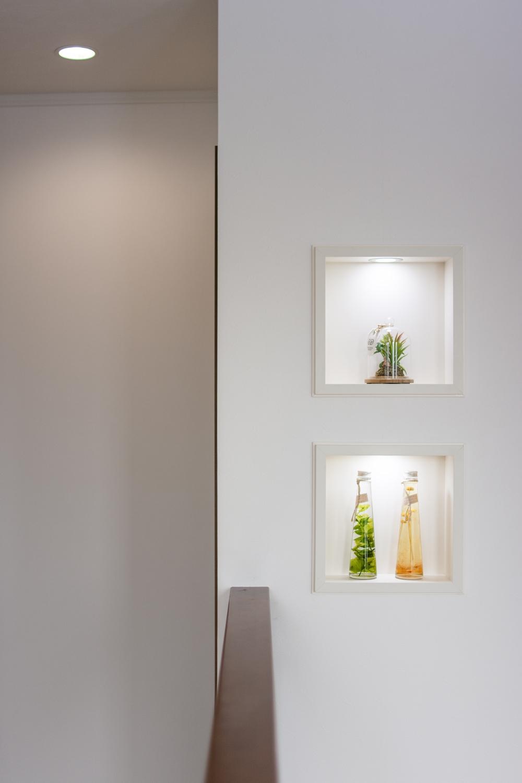 2階ホールに小物を飾るニッチを設えました。アイテムに光を当てて、より雰囲気のあるインテリアを演出できます。