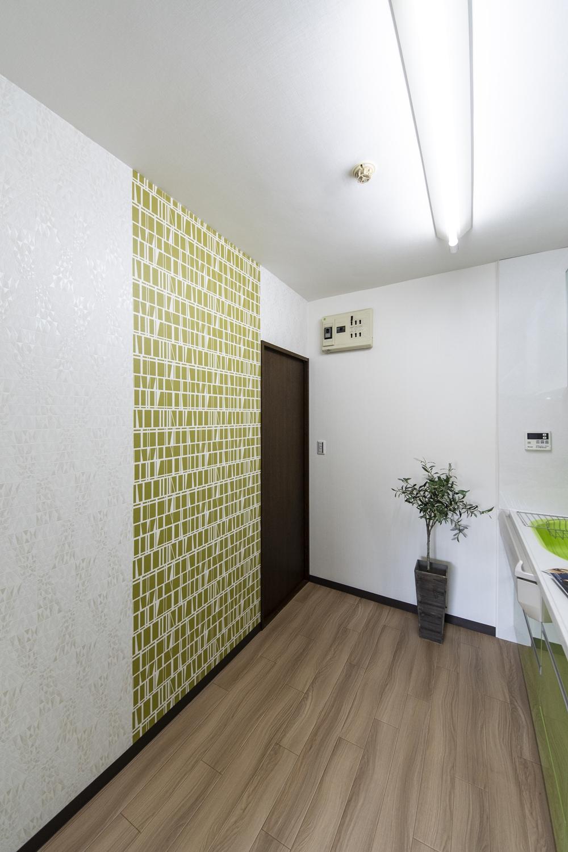 キッチン/キラっと光る模様の入った白いクロスと、異なるデザインのクロスをアクセントにした、スタイリッシュな空間。